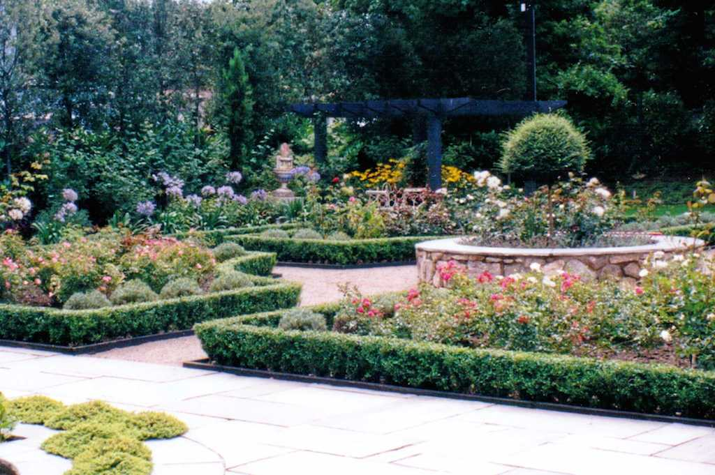23-italian-garden-paving-patio-natural-stone-landscapers-indian-sandstone-box-hedging-planting-flower-beds-pergola-timber-feature-raised-beds-design-kent