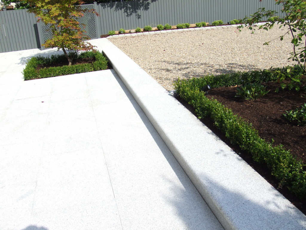 driveway-gravel-pebble-paving-patio-natural-stone-granite-timber-structure-painted-trellis-fencing-box-garden-hedging-planting-landscapers-landscaping-company-landscape-gardener-eas-tsussex