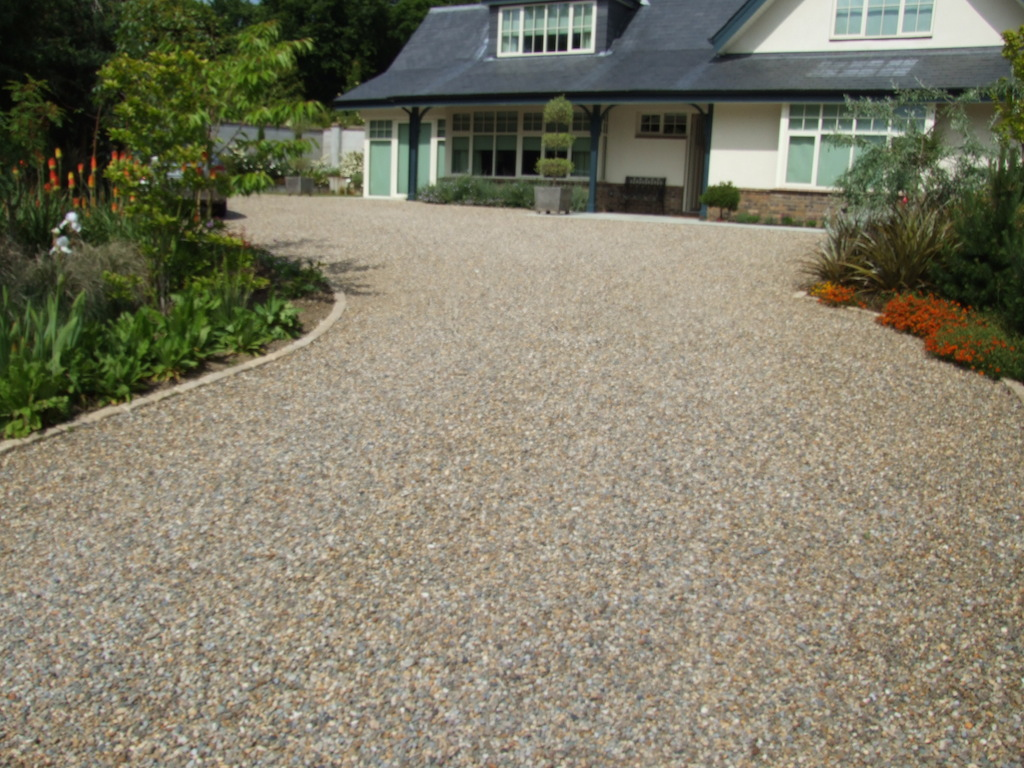 24-driveway-gravel-pebble-cobble-edging-cobbles-setts-granite-landscapers-entrance-planting-trees-landscaping-company-landscape-garden-gardener-east-sussex-after 1