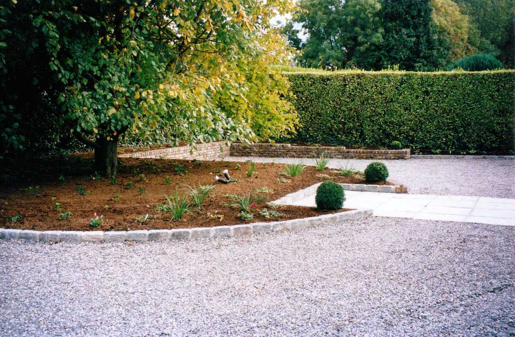 front-garden-driveway-gravel-pebble-cobble-edging-cobbles-granite-setts-brick-wall-capping-feature-planting-landscapers-landscaping-company-landscape-gardener-south-london