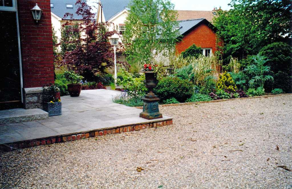 front-garden-driveway-pebble-gravel-brick-step-planting-flower-beds-natural-stone-paving-indian-sandstone-landscapers-granite-landscaping-company-landscape-gardener-kent