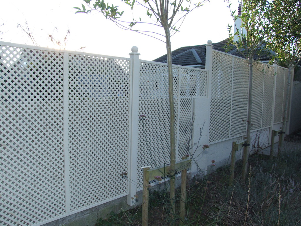 landscaping-company-landscape-gardener-trellis-timber-painted-garden-feature-create-privacy-screening-planting-trees-design-east-sussex