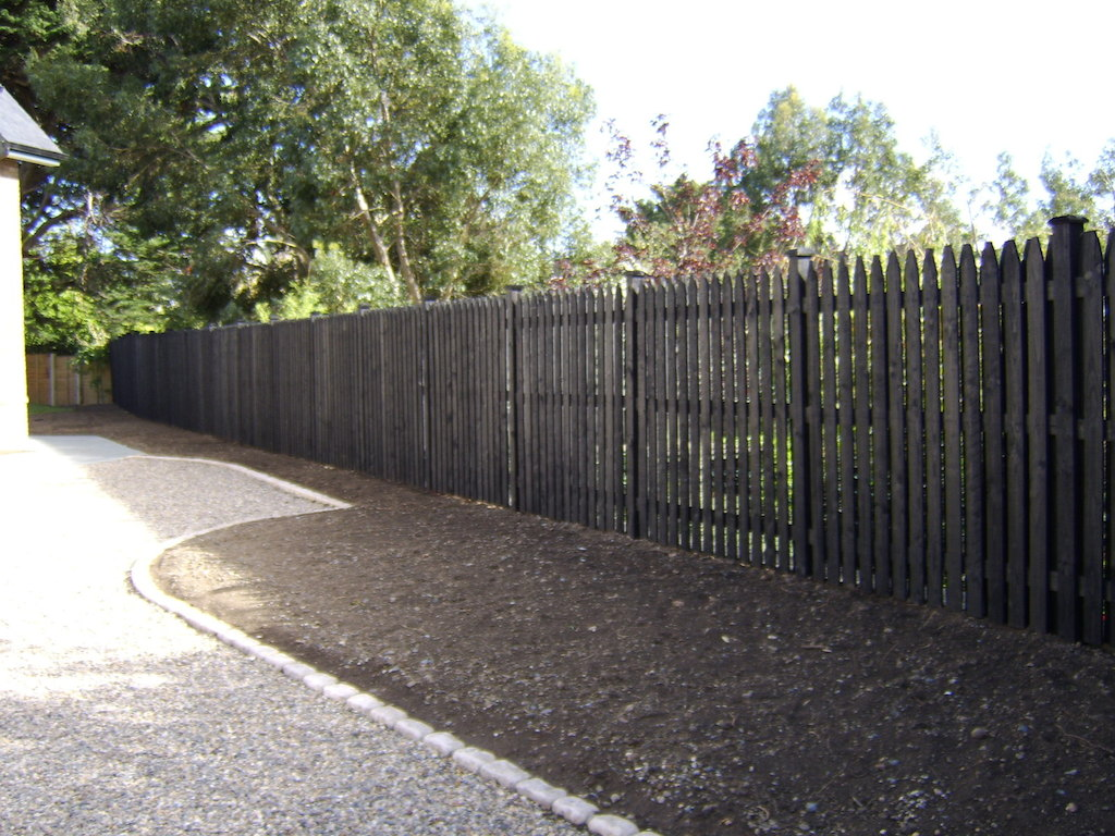 driveway-cobble-edging-timber-fence-painted-fencing-work-garden-pebble-landscapers-gravel-privacy-screening-feature-landscaping-company-landscape-gardener-west-sussex