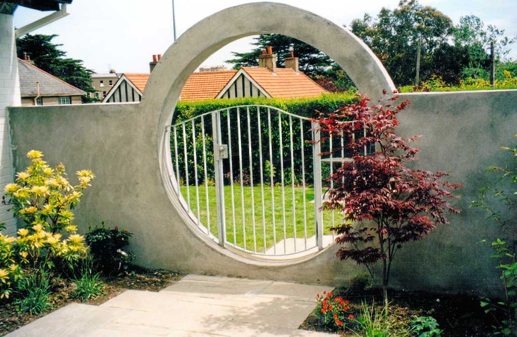 Creative design features for your garden serenity for Garden fence features
