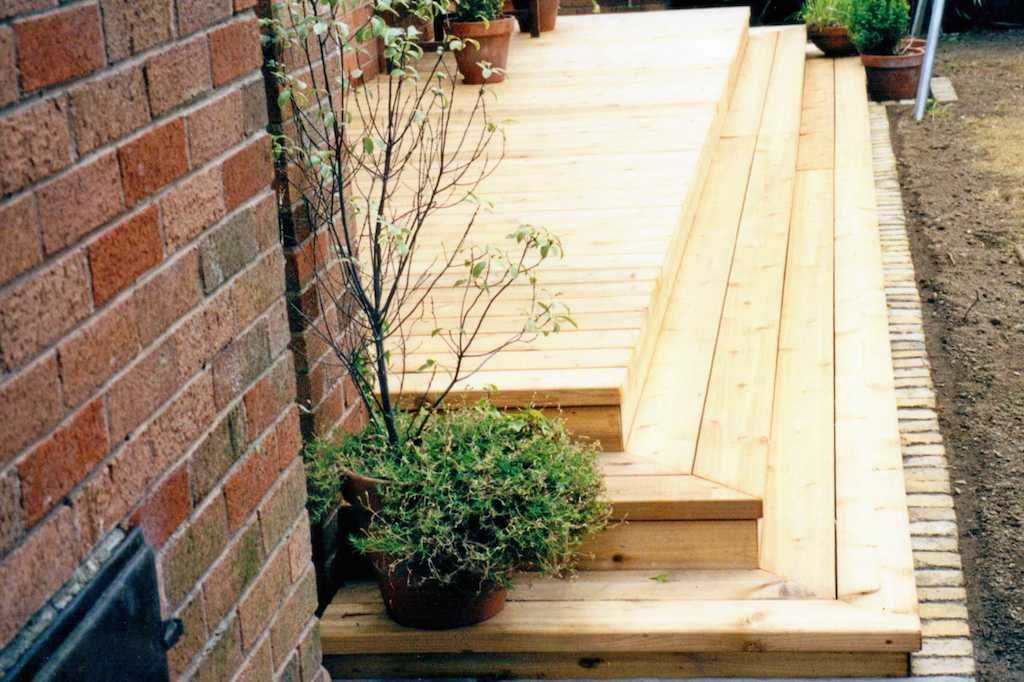 cedar-timber-deck-decking-steps-edging-landscape-gardener-landscaping-landscapers-company-garden-south-london