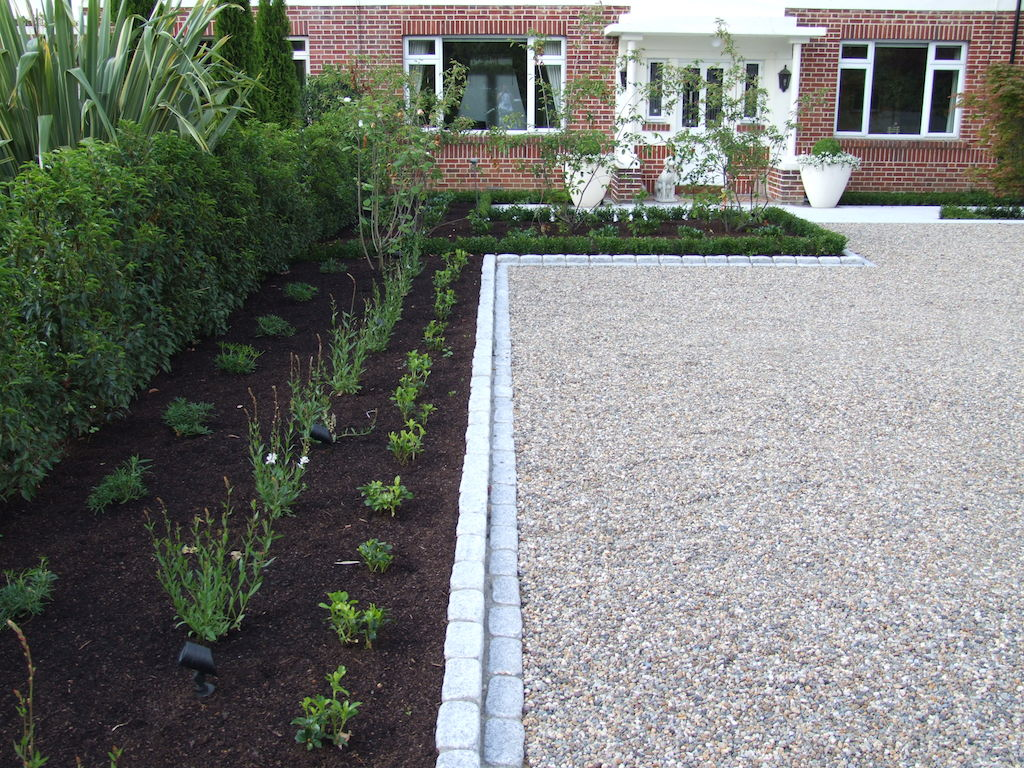 driveway-gravel-pebble-cobbles-setts-cobble-edging-box-hedging-planting-garden-landscapers-colour-landscaping-company-landscape-front-gardener-east-sussex