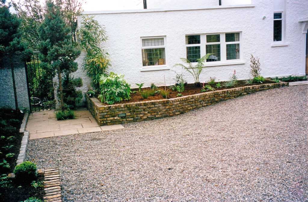 driveway-pebble-gravel-raised-beds-planting-brick-wall-capping-planting-trees-landscapers-front-garden-landscaping-company-landscape-gardener-south-london