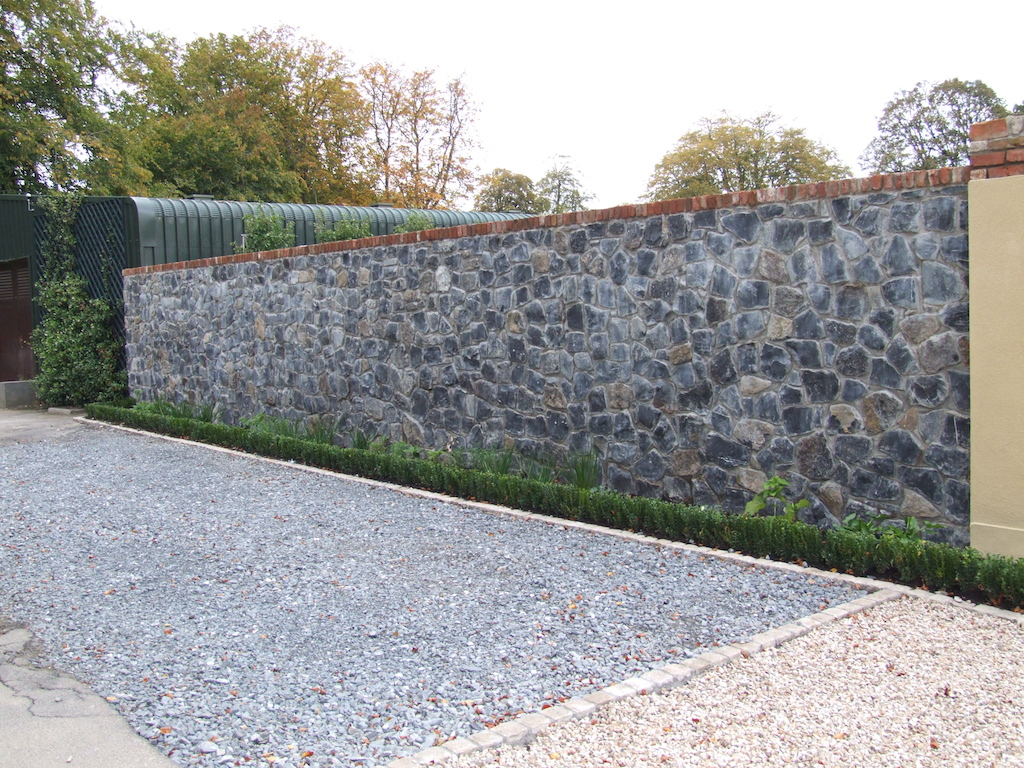 feature-wall-natural-stone-brick-capping-plastered-box-hedging-planting-driveway-gravel-landscapers-pebble-garden-landscaping-company-landscape-gardener-cobble-edging-setts-granite-sussex