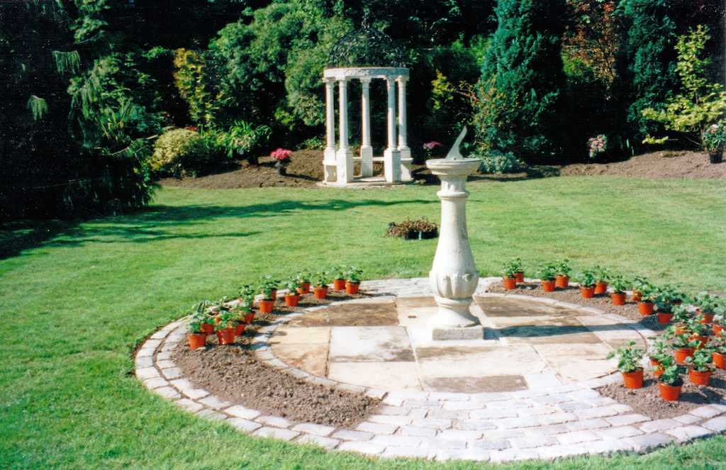 garden-feature-statue-cobble-edging-granite-setts-cobbles-paving-patio-grass-manicured-lawn-turf-landscapers-planting-flower-beds-trees-landscaping-company-landscape-gardener-kent
