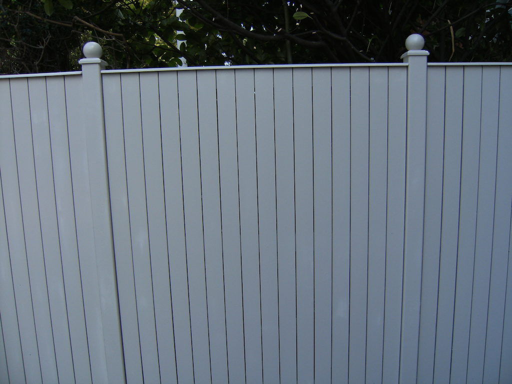 landscaping-company-landscape-gardener-garden-landscapers-fencing-painted-fence-garden-feature-design-west-sussex