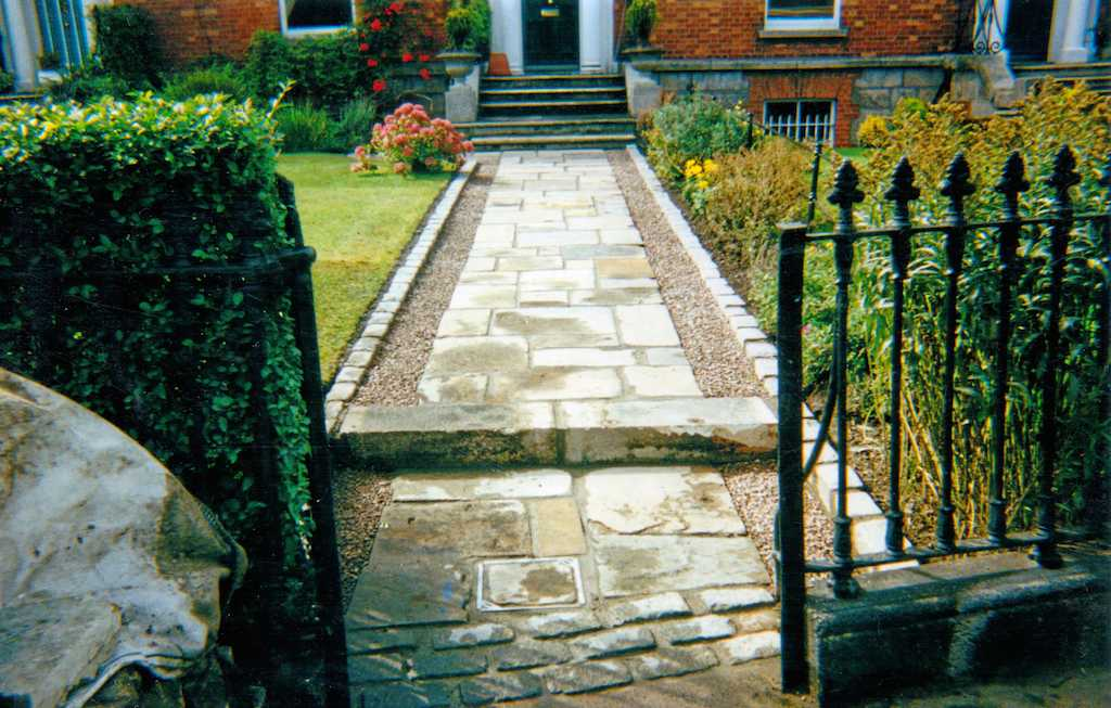 paving-garden-path-pathway-cobble-edging-cobbles-setts-granite-front-landscaper-entrance-border-landscaping-company-landscape-gardener-design-south-london