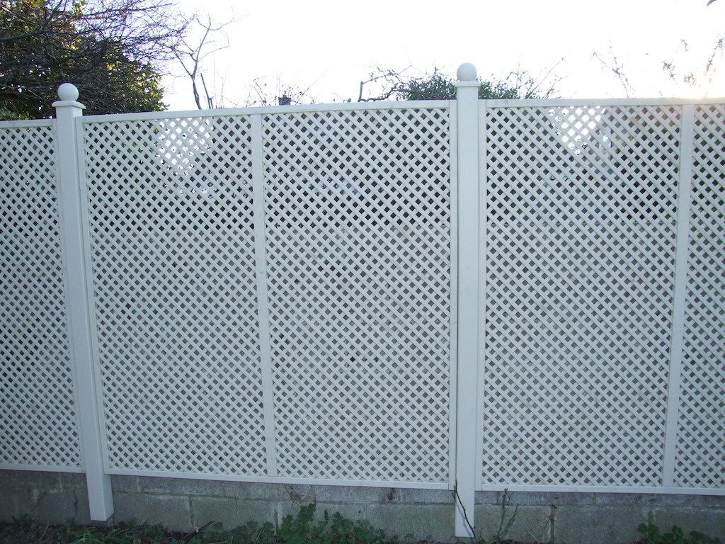 trellis-timber-painted-create-privacy-screening-landscaper-landscaping-company-landscape-gardener-garden-design-east-sussex